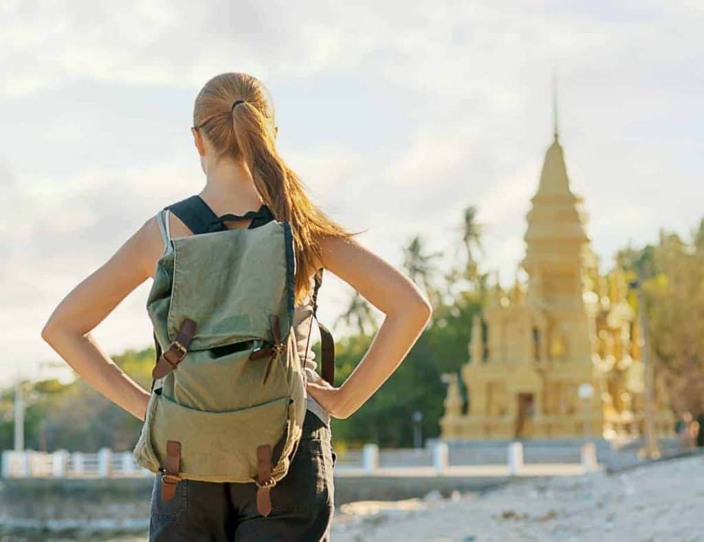 "Résultat de recherche d'images pour ""young people carrying a backpack to ntravel for europe"""""